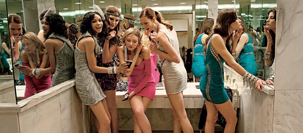 goal getter- girls in nightclub toilets